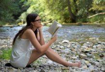 dziewczyna czytająca książkę nad rzeką