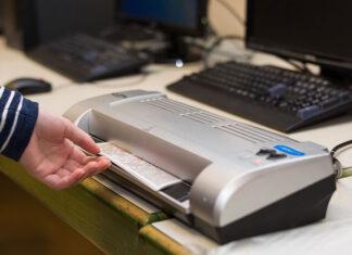 Laminator do papieru oraz dokumentów jako nowoczesne urządzenie do biura i domu
